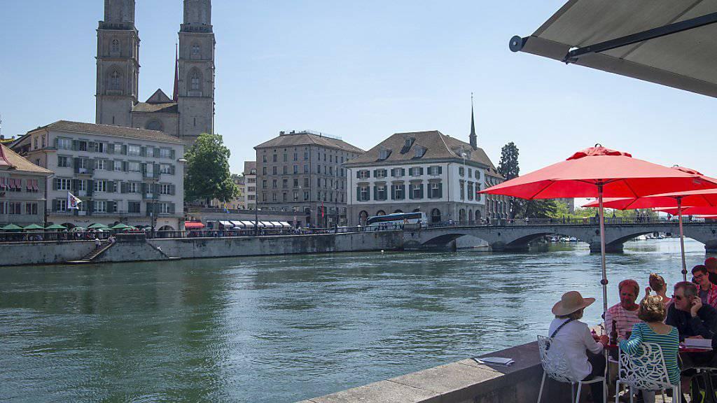 Zürich ist laut einer Studie nicht mehr die teuerste Stadt der Welt; in puncto Lebensqualität bleibt die Limmatstadt aber top. (Archivbild)