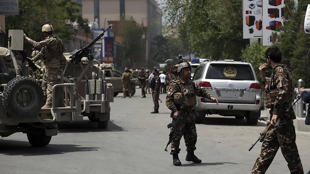 Nach einem Taliban-Angriff auf den Sitz einer Nichtregierungsorganisation in Kabul sichern Sicherheitskräfte die Umgebung ab.