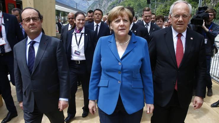 Bundespräsident Schneider-Ammann (r.) an der Gotthard-Feier im Tessin mit François Hollande und Angela Merkel.