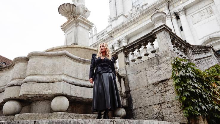 Rockstar Anastacia posiert vor St. Ursen.