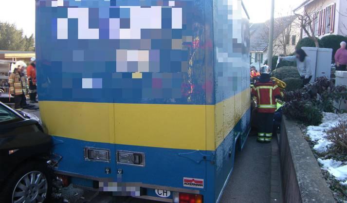 Der verletzte Umzugshelfer wurde zwischen Zügelwagen und einem Sofa eingeklemmt.