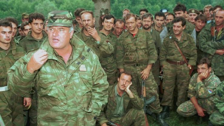 Ratko Mladic mit seinen Truppen in der Nähe von Prijedor im Oktober 1995
