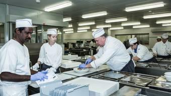 Das Küchenpersonal im Spital serviert kaum mehr frisch ab Pfanne. (Symbolbild)