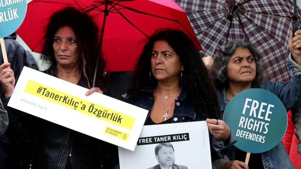 Vor dem Gerichtsgebäude im Istanbuler Bezirk Caglayan fordern Menschenrechtsaktivisten die Freilassung der Inhaftierten.