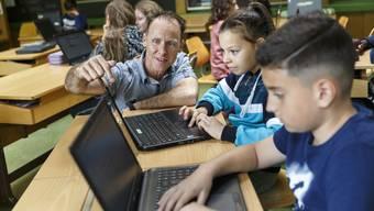 Manuel Kissling im Einsatz in einer der Klassen der Schule Zuchwil.