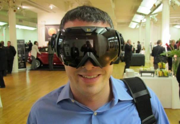 Sie schauen aus wie normale Snowboarding-Brillen, verwandeln einen aber schnell in einen Cyborg: Die GPS-Brille misst die eigene Geschwindigkeit und Position auf dem Planeten - die Daten können anschliessend mit anderen Leuten verglichen werden. Ein Gadget, auf das wohl jeder Computerverrückte nur gewartet hat.