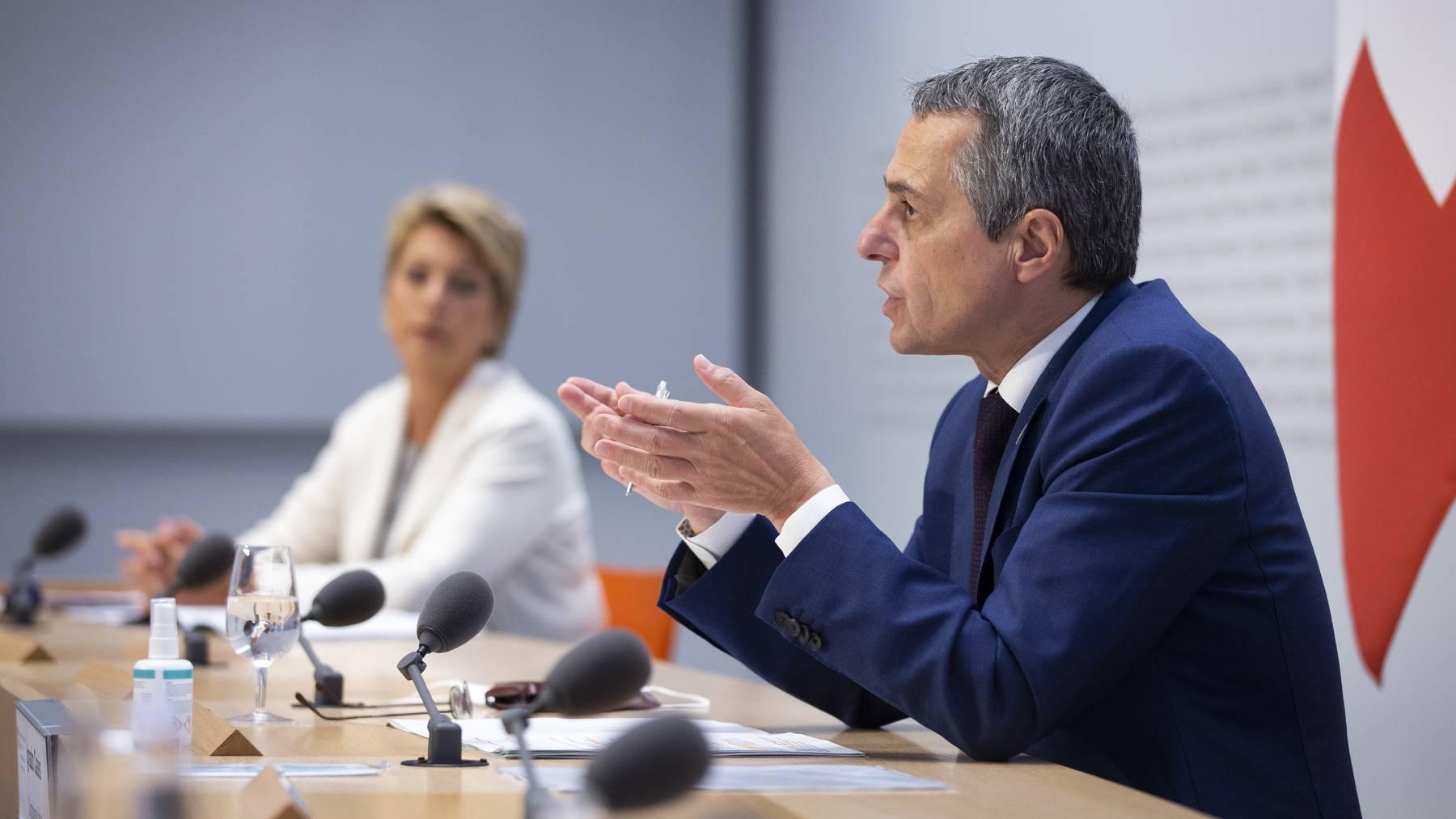 Bundesrat Ignazio Cassis spricht neben Bundesraetin Karin Keller-Sutter waehrend einer Medienkonferenz des Bundesrates zur aktuellen Lage in Afghanistan, am Mittwoch, 18. August 2021, in Bern.