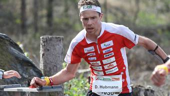 Daniel Hubmann stempelt mit dem Chip am Handgelenk den Posten ab.