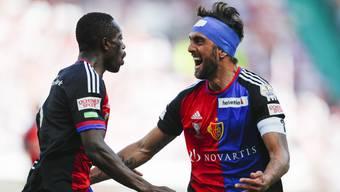 Gezeichnet vom Kampf: FCB-Anführer Matías Delgado (r.) trifft nach der Pause zum 1:0 – und zeigt seine Freude auch beim 2:0 von Adama Traoré.