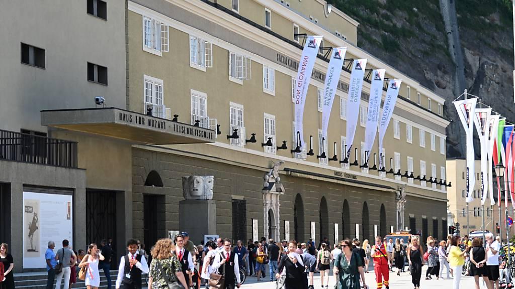 Menschen halten sich in der Hofstallgasse vor den Festspielhäusern auf. Foto: Barbara Gindl/APA/dpa