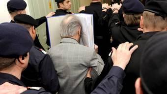 Der Täter wird zur Romanfigur: Josef Fritzl wird ins Gericht geführt (Archiv)