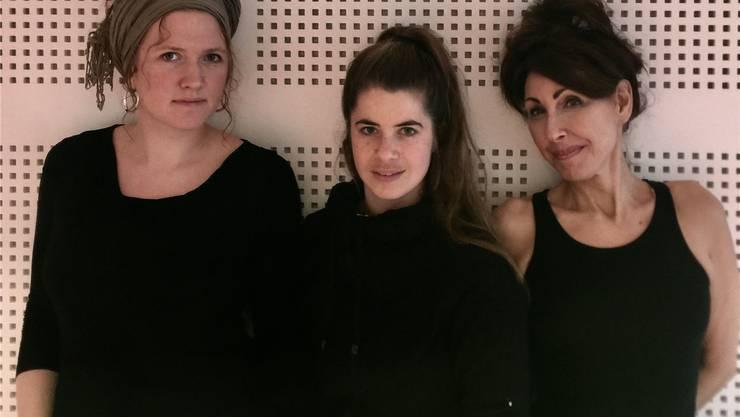 Sie führen zusammen das Theaterstück «Schön sein. Schön bleiben.» in Schinznach-Dorf und in Brugg auf (von links): Lena Schmidt (Pianistin), Andrea Spicher (Schauspielerin) und Regine Andratschke (Schauspielerin). zvg