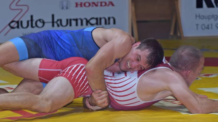 Olympionike Oliver Strebel (oben) geht als frischgebackener Papa in den Meisterschaftsendspurt.