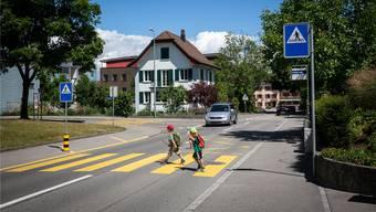 Täglich überqueren rund 30 Kindergärtler auf ihrem Schulweg viermal den Fussgängerstreifen auf der Ammerswilerstrasse in unmittelbarer Nähe zum Bushalt. (Archiv)