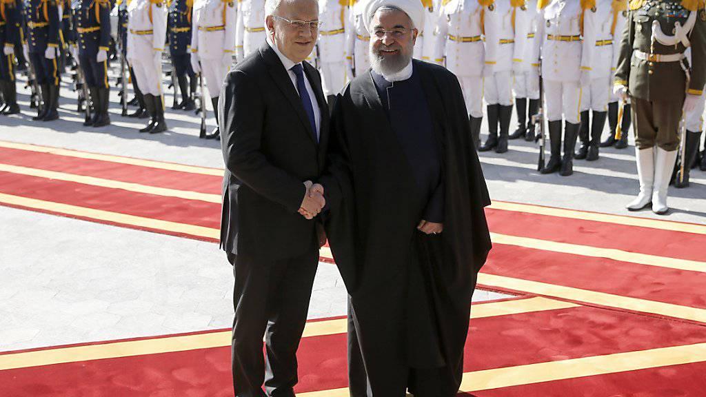 Es wird zum Wiedersehen kommen: Bundesrat Johann Schneider-Ammann hatte Irans Präsidenten Hassan Ruhani im Februar 2016 in Teheran zum Gegenbesuch in die Schweiz eingeladen. Ruhani wird nun am Montag in Bern erwartet. (Archiv)