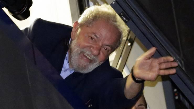 Der brasilianische Ex-Präsident Inácio Lula da Silva winkt in Sao Bernardo do Campo Unterstützern zu.