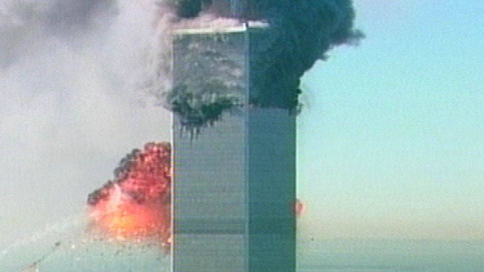 Das zweite Flugzeug crasht in das World Trade Center.