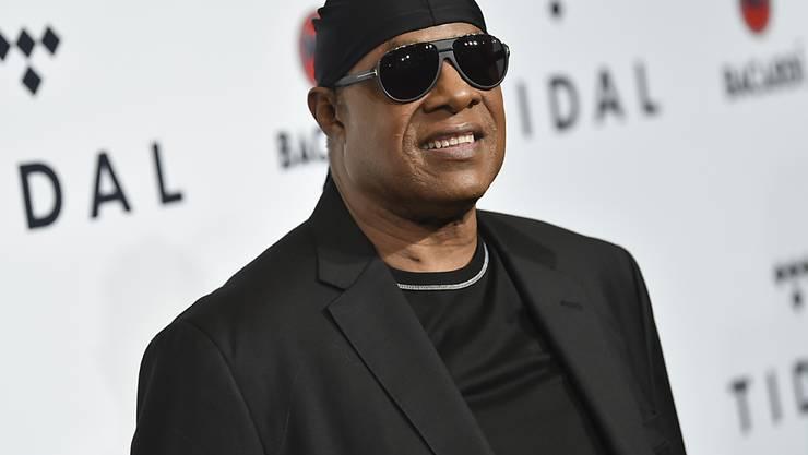 """ARCHIV - Stevie Wonder, US-Sänger, kommt zum jährlichen Benefizkonzert von TIDAL X: Brooklyn. Rund ein halbes Jahr nach seinem 70. Geburtstag und kurz vor der US-Präsidentschaftswahl meldet sich der Sänger  mit zwei neuen Liedern zurück - und mit einer klaren politischen Botschaft. (zu dpa """"Stevie Wonder kehrt mit politischen Soul-Songs zurück - neues Label"""") Foto: Evan Agostini/Invision/AP/dpa"""