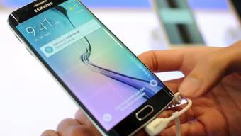 Im ersten Quartal gingen mehr Samsung-Smartphones als iPhones über die Ladentische (Archiv)