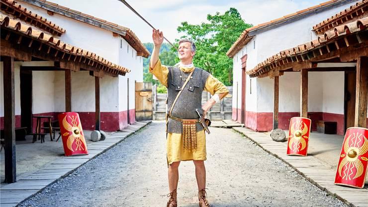 Er bringt den Besuchern die römische Kultur näher: Roger Pfyl im Einsatz als Legionär Rochus – in seiner Funktion als Tubicen, als Tuba-Bläser. Colin Frei