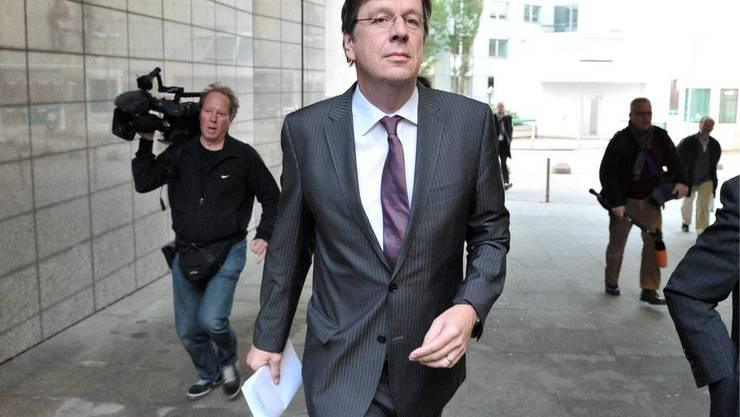 Kachelmann auf dem Weg ins Gericht, mit forschem und siegessichem Schritt