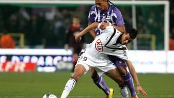Bordeaux\' Marouane Chamakh im Zweikampf mit Toulouses Etienne Capoue