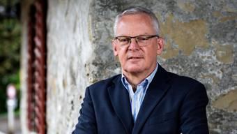 Der Uitiker Gemeindepräsident Chris Linder (FDP) nimmt zum Verkehrs- und Bevölkerungswachstum der Gemeinde Stellung.