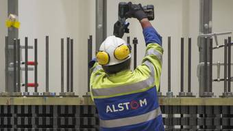 Ein Schweizer Alstom-Angestellter bei der Arbeit: Viele Mitarbeiter müssen um ihre Stelle fürchten. Der neue Eigentümer - der US-Konzern General Electric - will rund 1300 Jobs streichen.