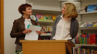 Barbara Hediger (rechts) folgt auf Lotti Brauen als Leiterin der Stadtbibliothek.