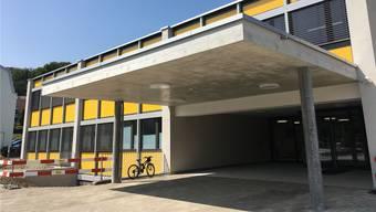 Im Zentrum des Geschehens steht das sanierte Schulhaus 2 in Bergdietikon.
