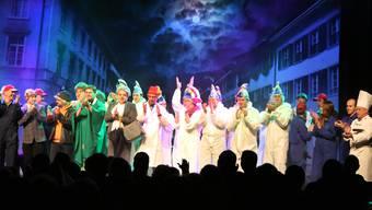 Das Schlussbild lässt alle Nummern noch einmal aufleben, zur Melodie des Gefangenenchors aus Verdis Nabucco. HR. Aeschbacher