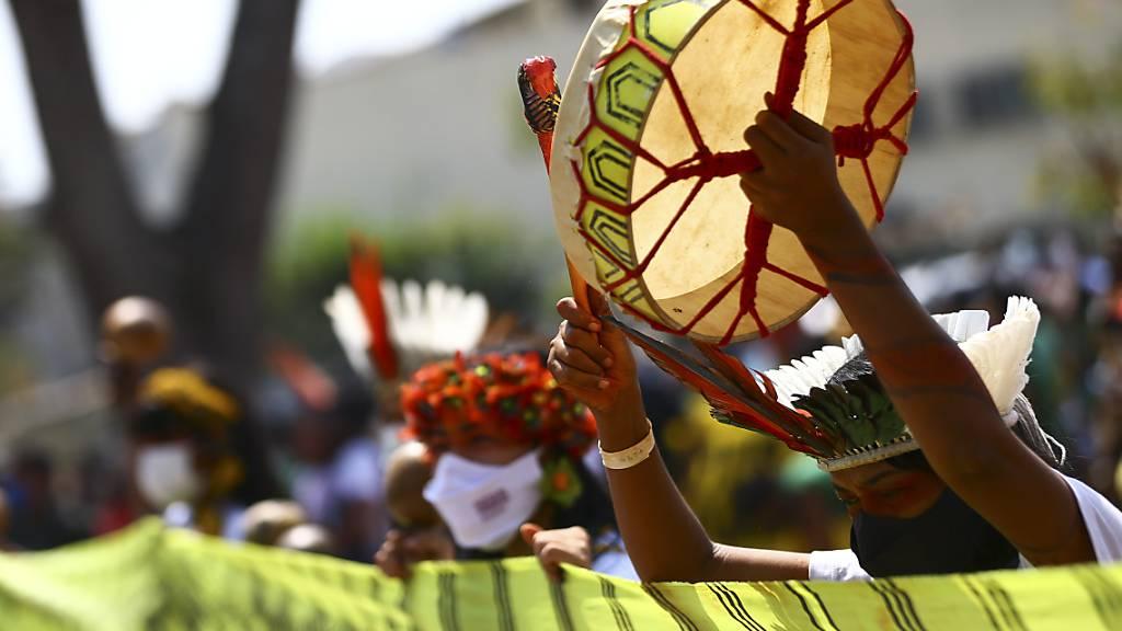 Indigene Frauen in volkst ̧mlichen Trachten bei einer Kundgebung in BrasÌlia. Foto: Marcelo Camargo/Agencia Brazil/dpa - ACHTUNG: Nur zur redaktionellen Verwendung und nur mit vollst‰ndiger Nennung des vorstehenden Credits