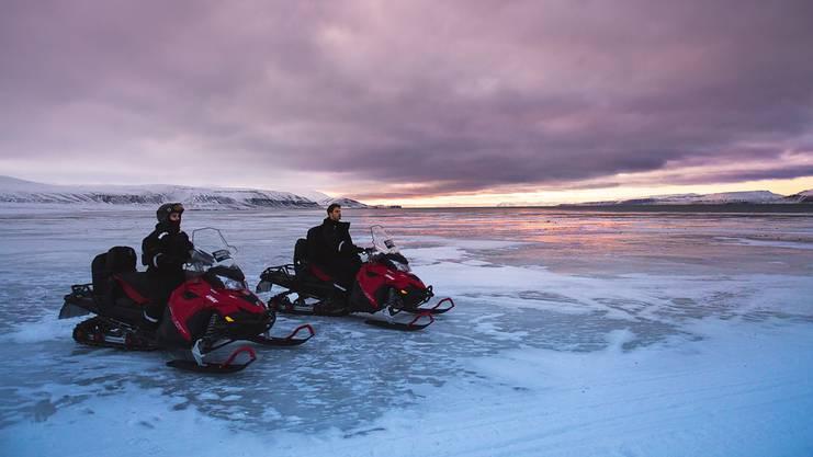 Fast schon arktisch kalt, aber definitiv ein Abenteuer wert: Schneemobil fahren auf Spitzbergen.