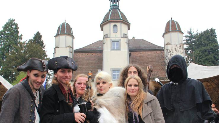 Während tschechische Profis einen Schwertkampf vorführten (oberes Bild), genossen Besucher aus dem Fricktal (unten links) die Ambiance. Andere Gäste prosteten sich mit Trinkhörnern zu. SK