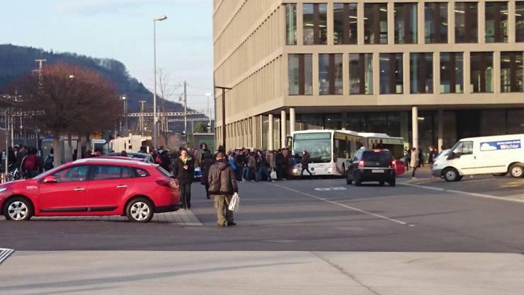 Pendler müssen sich am Bahnhof Brugg in Geduld üben.