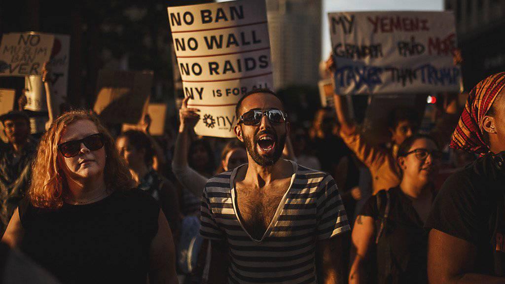 In den USA sind am Dienstag zahlreiche Menschen auf die Strasse gegangen, um ihren Unmut über den Entscheid des Obersten Gerichts der USA zum Einreisebann kundzutun.