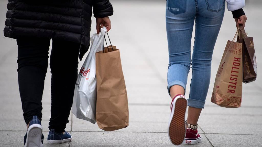 Viele Schweizer shoppen noch immer in klassischen Geschäften. (Symbolbild)