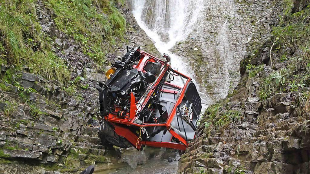 Der landwirtschaftliche Transporter stürzte in Lungern 100 Meter in die Tiefe: Der Bauer und seien Lehrtochter verstarben auf der Unfallstelle.