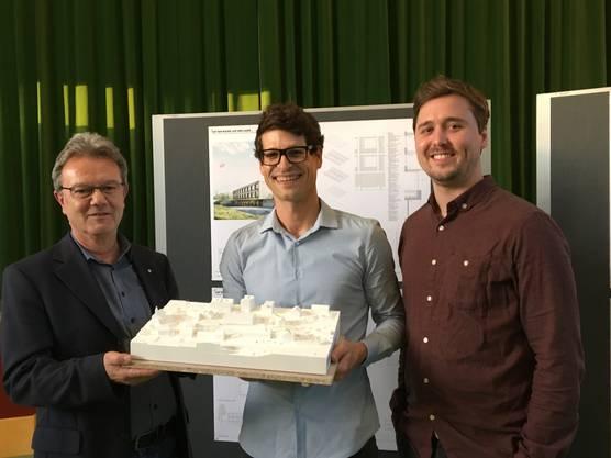 Gemeindeammann Herbert Anderegg mit den Sieger-Architekten Beat Buri und Manuel Jüni.
