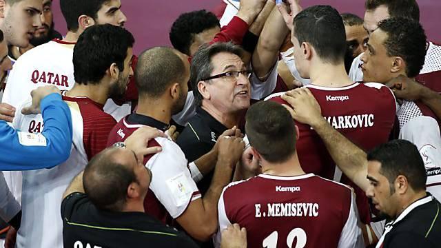 Katar-Coach Valero Rivera (mitte) feiert mit seinen Spielern