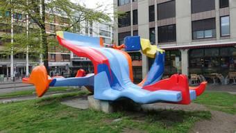 """Die auf der Heuwaage aufgestellte grellbunte Skulptur """"Lieu dit"""" von Michael Grossert löste 1976 eine heftige politische Debatte über aktuelle Kunst aus."""