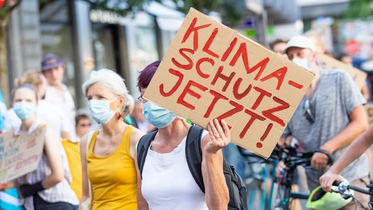 Ihre Forderungen waren laut und bunt, doch jetzt drohen sie in Vergessenheit zu geraten: Klimastreikende während einer der vielen Demos. (Archivbild)