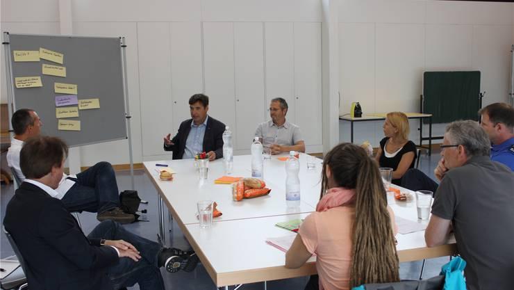 Eine Gesprächsrunde im Schulhaus Eichholz suchte nach Lösungen.