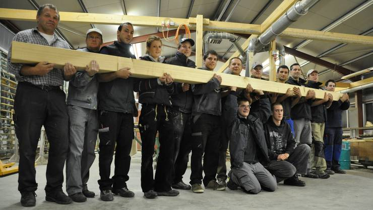 Die Stützen der Firma: Flavio Casella (7. von links) führt den Erfolg seines Holzbaubetriebs unter anderem auf seine Mitarbeiter zurück. Bettina Hamilton-Irvine