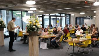 Patrick Heller bei einer seiner letzten Maturfeiern als Konrektor im neu renovierten Eingangsbereich der Kanti Olten.