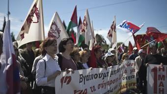 Gewerkschafter in Griechenland haben am 1. Mai für bessere Löhne demonstriert.