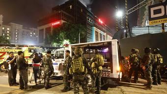 Die Sicherheitskräfte rücken mit einem Grossaufgebot an, nachdem Schüsse im Hotelkomplex The Resort World Manila in der philipinischen Hauptstadt gefallen sind.