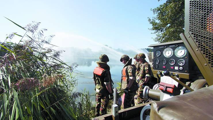 Pumpen für die Fische: Soldaten der Rettungs-RS aus Wangen a/A am Inkwilersee. jr