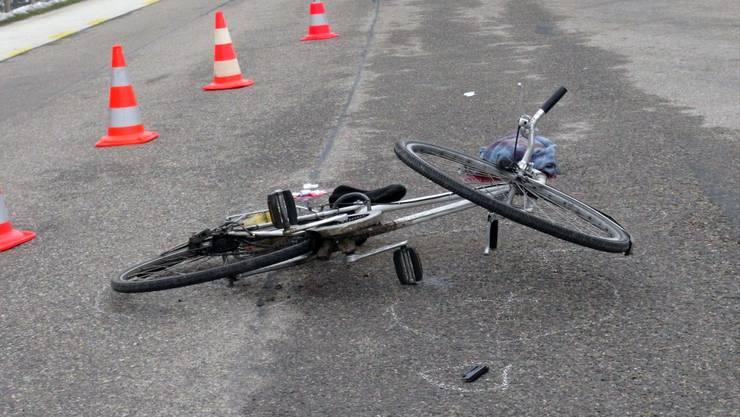 Durch den Aufprall mit dem Personenewagen wurde der Fahrradlenker mehrere Meter durch die Luft geschleudert. (Symbolbild)