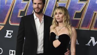 Liam Hemsworth (links) und Miley Cyrus gehen wieder getrennte Wege. (Archivbild)